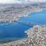 Blick auf Tromsö Insel und die Eismeerkathedrale (neben der Brücke)