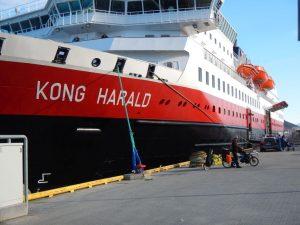 Zwei große Fahrzeuge: Pino und Kong Harald nach Honningsvag