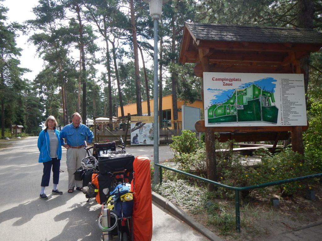 Udo Hintensitzers Eltern verabschieden den Gummibärchen-Express